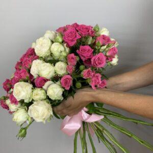 Букет из 25 кустовых роз - выгодная цена