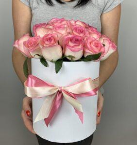 Заказать розовые розы в коробке с доставкой на дом